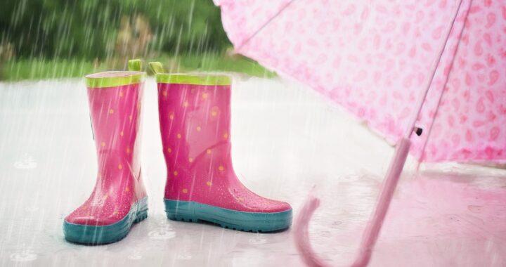Outfit per la pioggia in autunno: capi e accessori per bambini da comprare